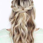 Świąteczna fryzura: półupięcie i naturalne fale, długie włosy