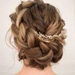 Świąteczna fryzura: korona z warkocza, długie włosy, ozdoba do włosów