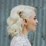 Świąteczne fryzury: naturalne fale, półupięcie, ozdobna wsuwka, włosy do ramion