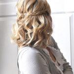 Fryzura na święta: loki na średnich włosach, półupięcie na święta
