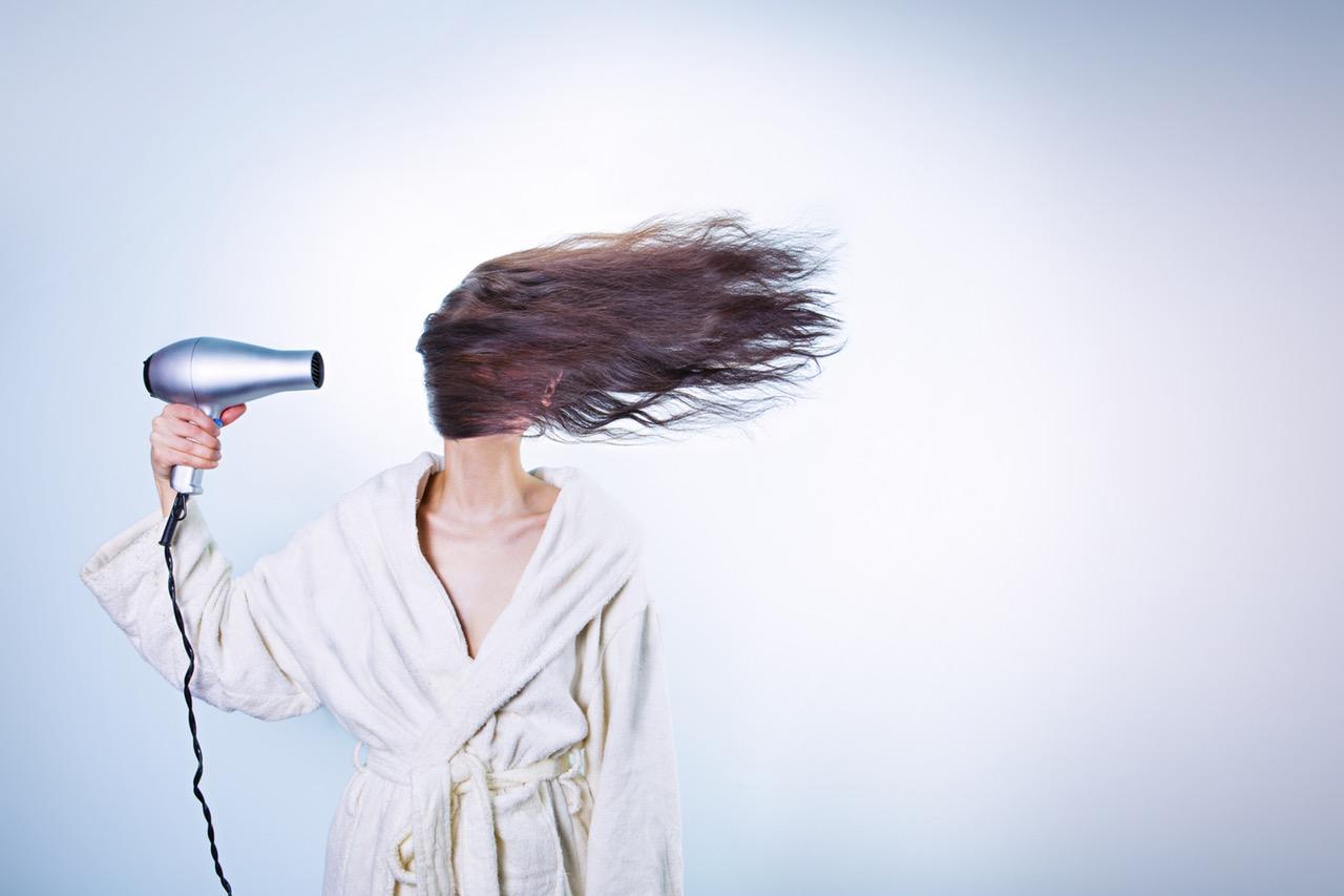 włosy latem nie potrzebują suszarki