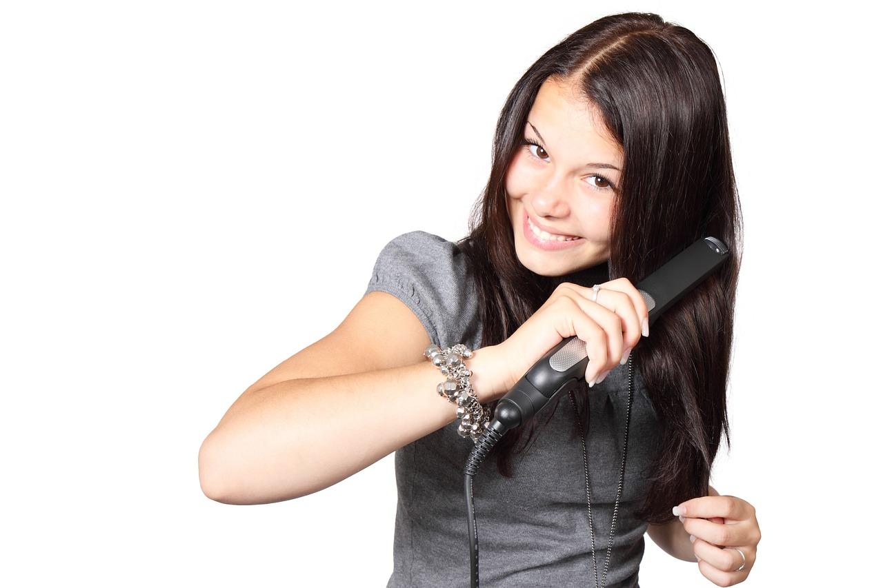 jak bezpiecznie prostować włosy