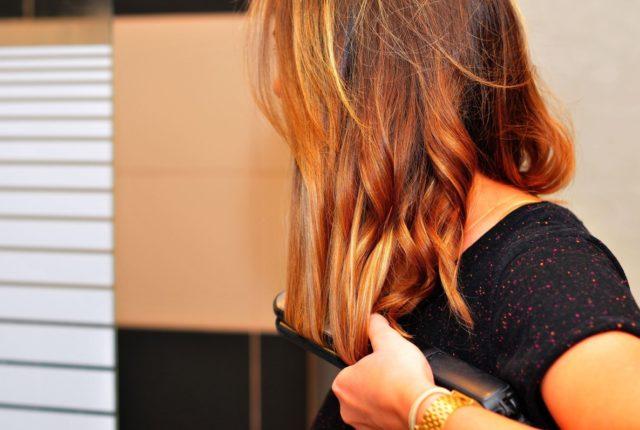 jak wybrać prostownicę do włosów