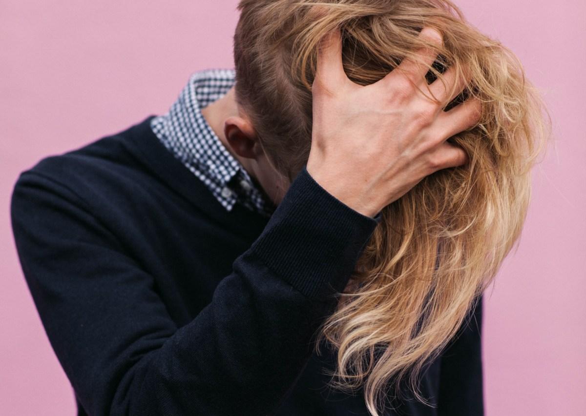 Mężczyzna problemy ze skórą głowy