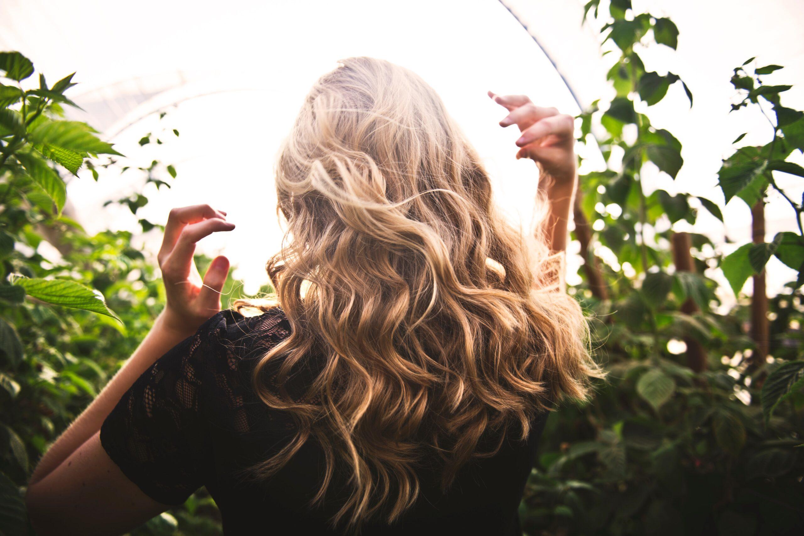 nabłyszczone włosy