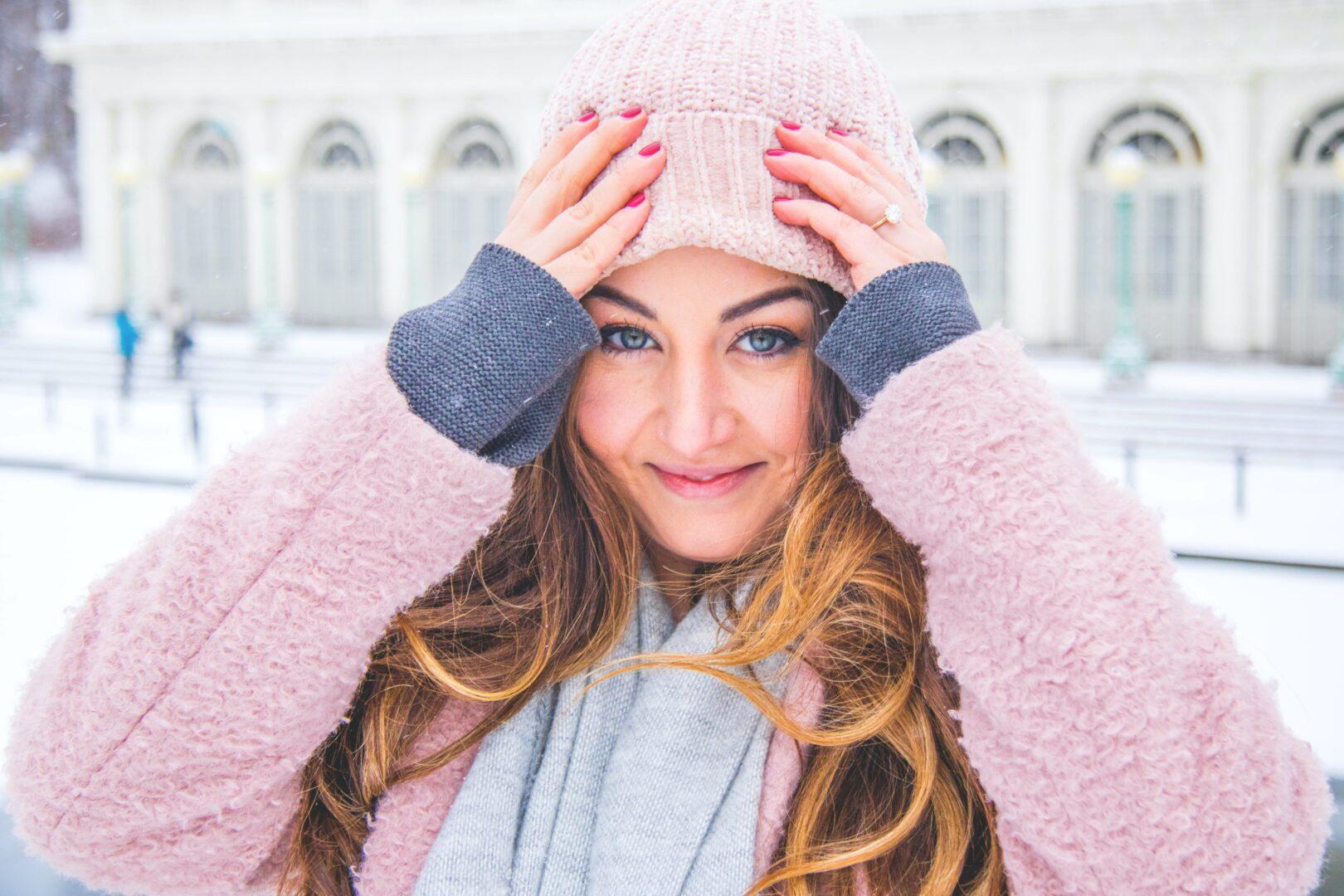 Włosy pod czapką – jak uniknąć ich elektryzowania się i puszenia?