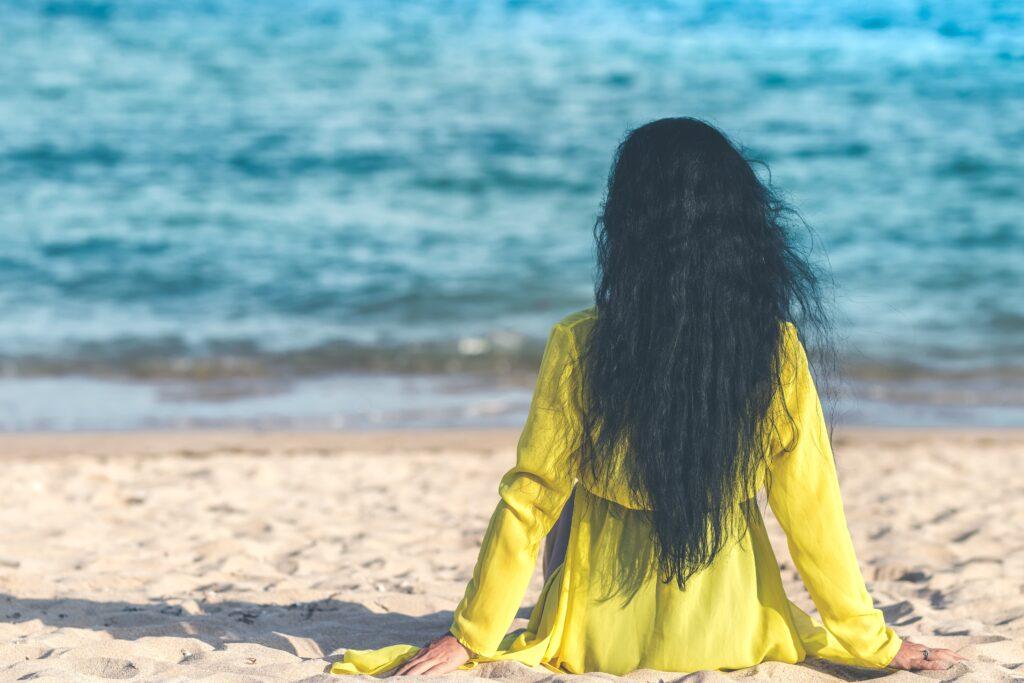 jak w wakacje ochronić włosy przed słoną wodą