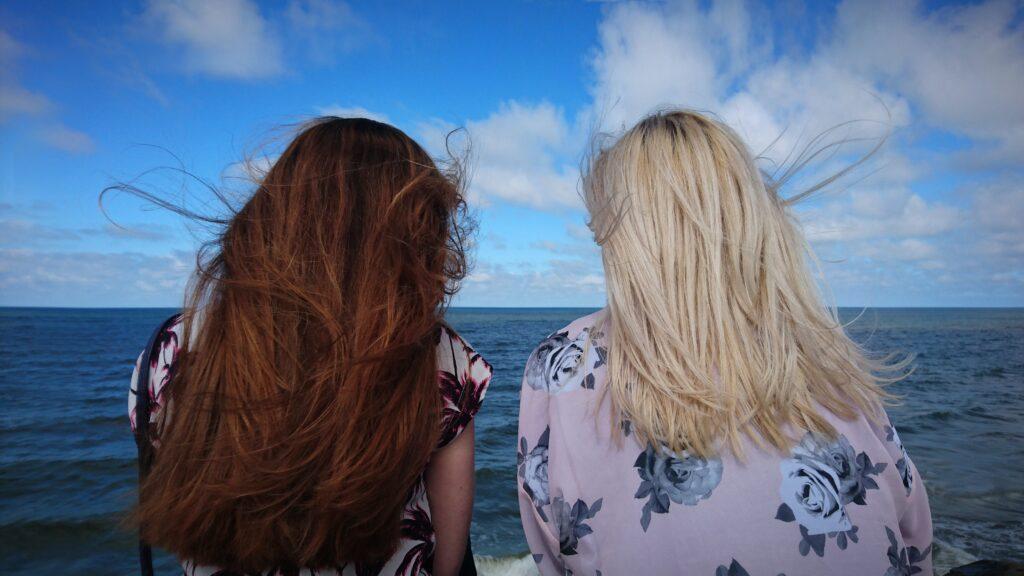 jak ochronić włosy przed wiatrem latem