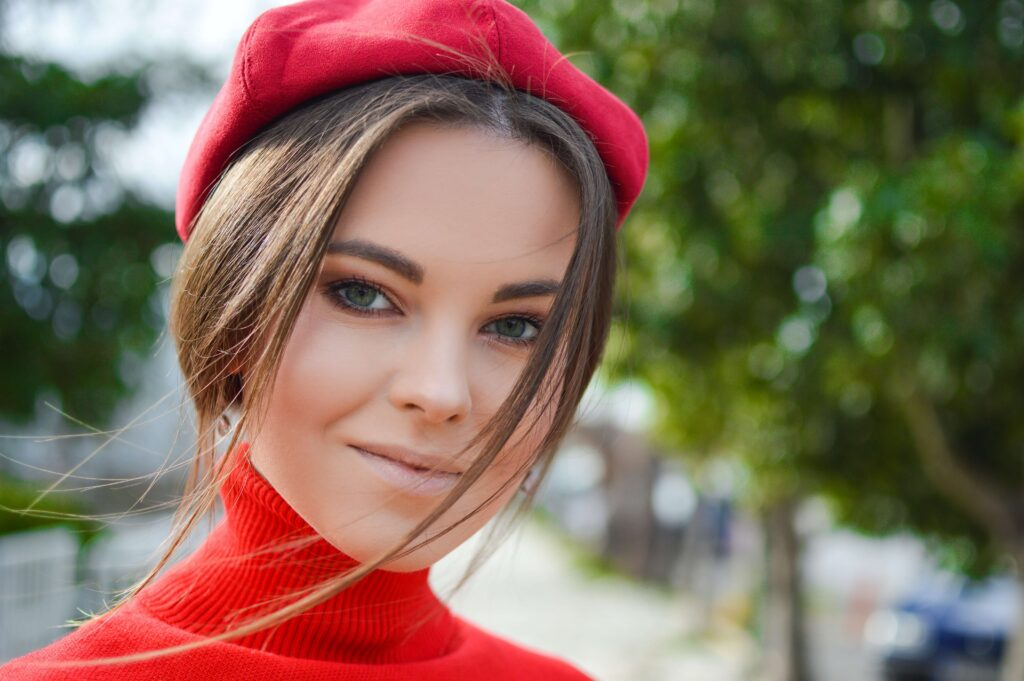 kobieta w makijażu w czerwonym berecie