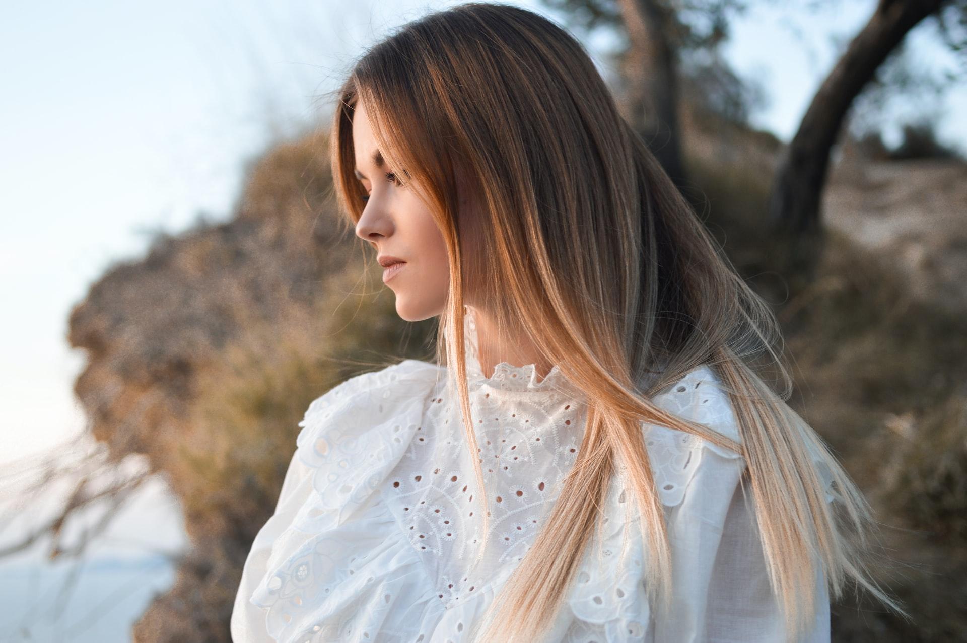 Wygładzone włosy – podpowiadamy, jak osiągnąć taki efekt